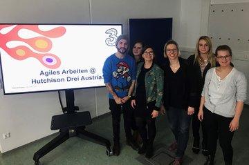 Die Gastvortragende Laura Hermann zusammen mit einigen Studierenden der Media- und Kommunikationsberatung.