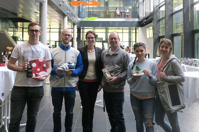 Die Gastvortragende Kathrin Schneider (3. v. l.) zusammen mit Dozent Harald Wimmer (3. v. r.) und Studierenden der Media- und Kommunikationsberatung.