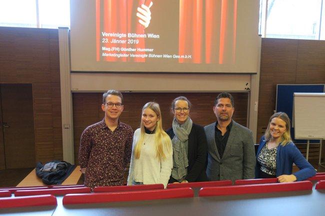 Medienmanagement-Studierende zusammen mit den beiden Lehrveranstaltungsleiterinnen und dem Gastvortragenden.