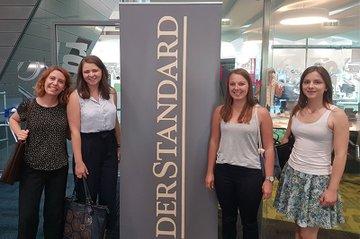 Studierende, die am Freifach Wirtschaftsjournalismus teilgenommen haben, beim abschließenden Besuch in der Standard-Redaktion.