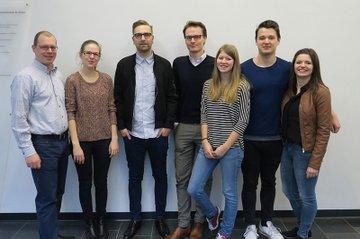Die Vortragenden Reinhard Schwarzinger und Benedikt Schmidinger zusammen mit Studierenden