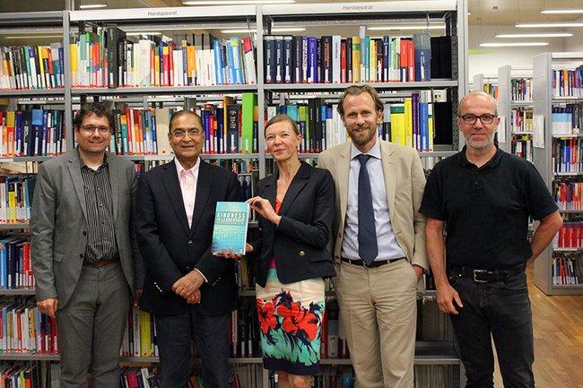 "Helmut Kammerzelt, Prof. Lalit Johri, Anita Bruckschlögl, Josef Bruckschlögl und Christian Kieslinger bei der Buchpräsentation von ""Kindness in Leadership"" (from left to right)."