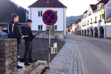 Graduates of the HTL Krems are setting up a radar speed station checking speed and number of cars.